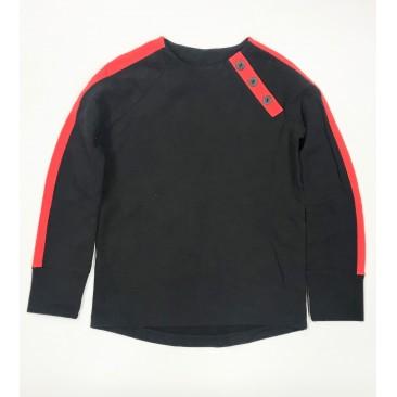 Juodas džemperis su raudonomis detalėmis